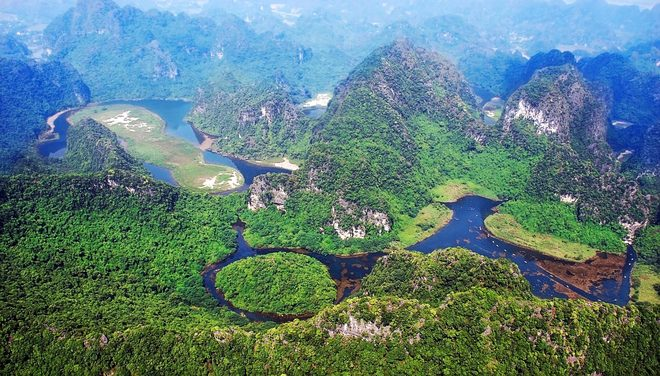Discovering beautiful natural landscapes of Trang An